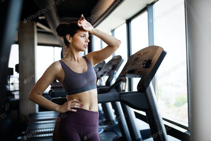 Porträt der sportlichen Frau müde nach dem Training im Fitnessstudio