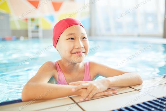 Kind im Swimmingpool