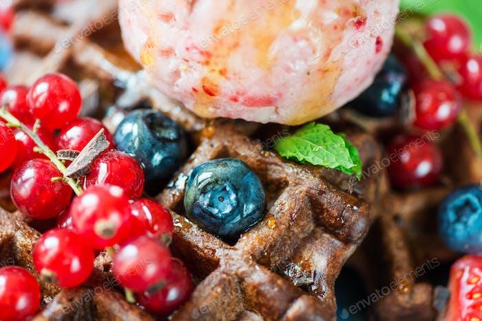 Шоколадные бельгийские вафли с ягодами и красивыми сливками