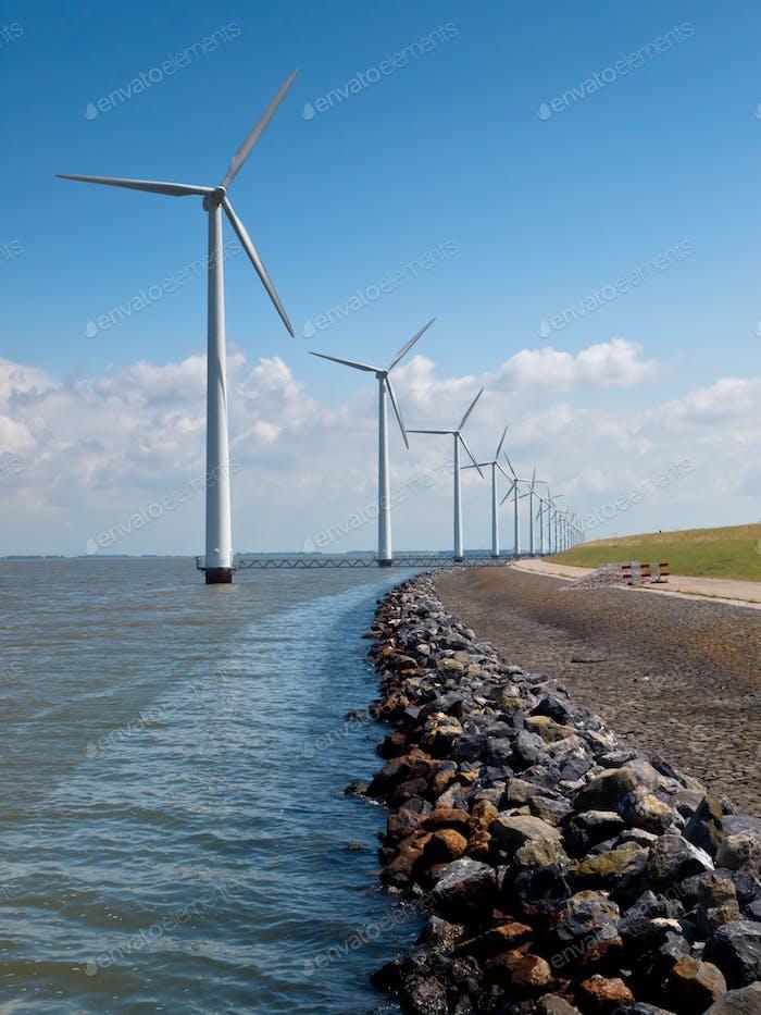 Reihe von Windkraftanlagen entlang der Küste