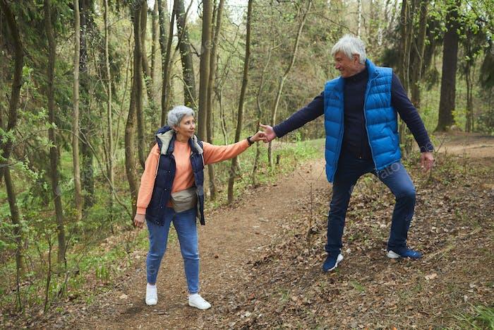 Aktive Seniorenpaar Wandern zusammen