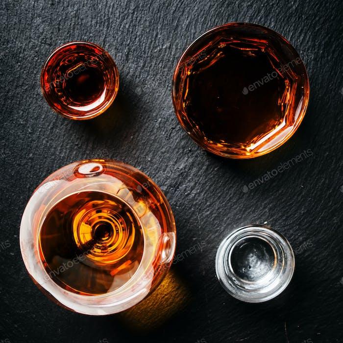 Vier Arten von starken Getränken in Gläsern