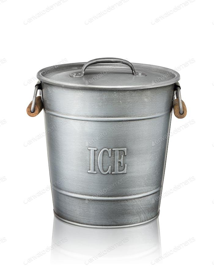 Eiskübel isoliert auf weißem Hintergrund