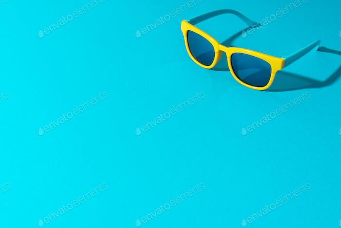 Minimalistisches Foto von Sonnenbrille auf Türkis Blau Hintergrund Mit Kopierraum