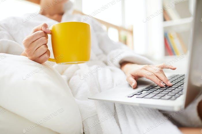 Unerkennbare Frau mit Laptop