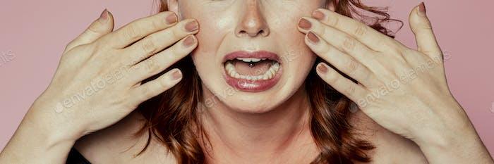 Mujer llorando sobre la piel sunbunt