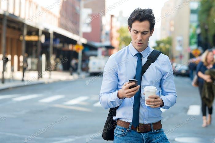 Man SMS am Telefon