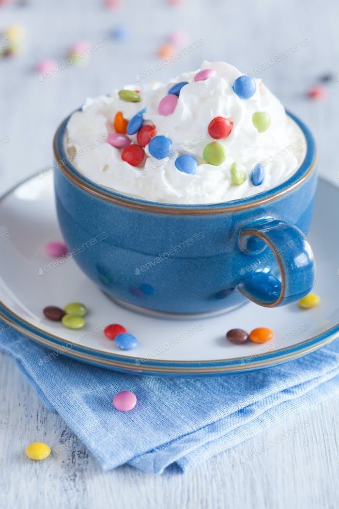 Kaffee mit Schlagsahne und bunten Schokoladentropfen