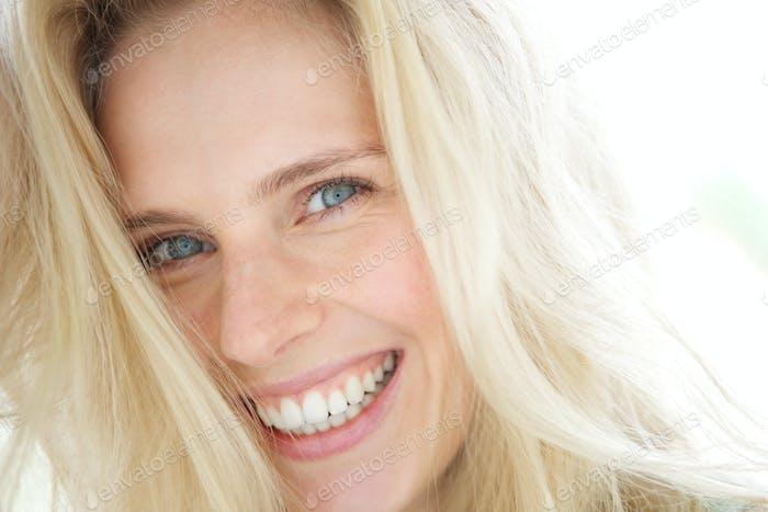 Joven Alegre Mujer rubia sonriente