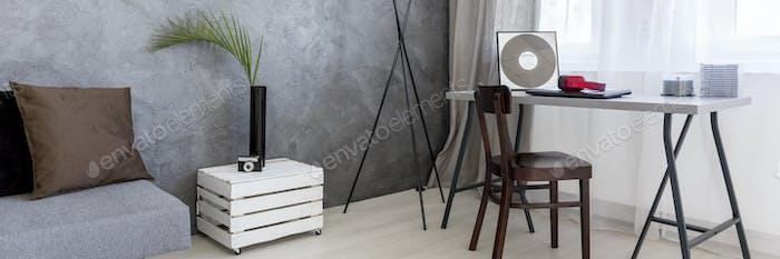 Interior con mesa hecha por caja de De madera