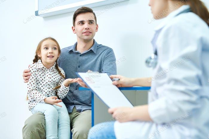 Niedlich Mädchen mit Papa auf Besuch auf die Arzt