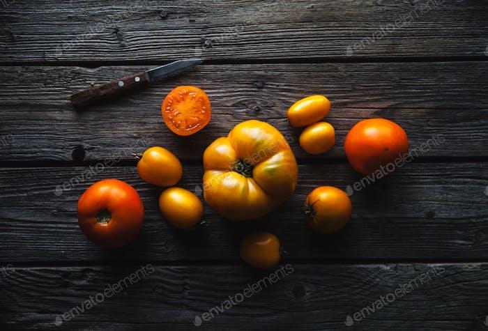 Reife rote Tomaten auf einem hölzernen Hintergrund, gesundes Essen, Gemüse