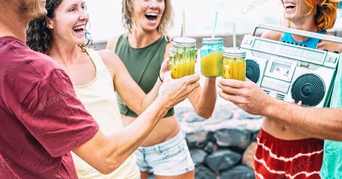Junge Freunde mit Boombox machen Party beim Strand-Sommerfestival