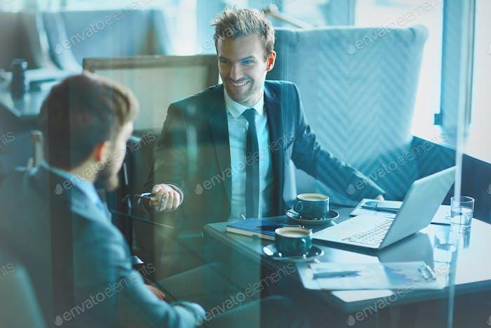 Бизнесмены, общающиеся с