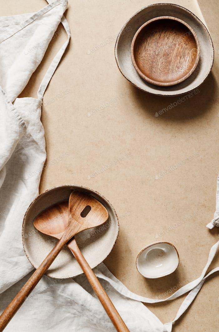 Modernes, minimalistisches Keramik-Set mit einem Leinentuch über Kraftpapier Hintergrund.