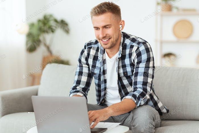 Man hört Musik online in Kopfhörern, mit PC