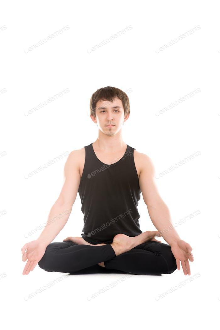 Padmasana mit Finger in yogischer Geste Chin Mudra