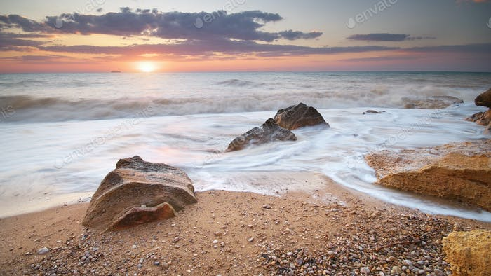 Hermoso paisaje marino de puesta de sol.