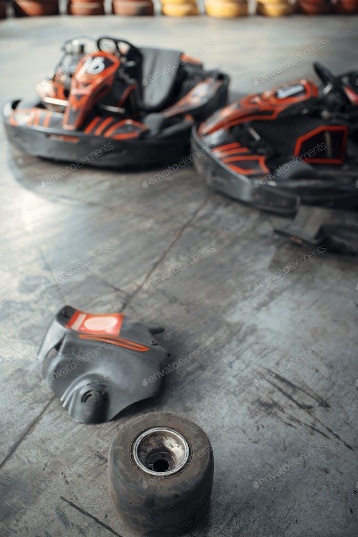 Перейти картинг автомобили и поврежденные шины, аварии, картинг