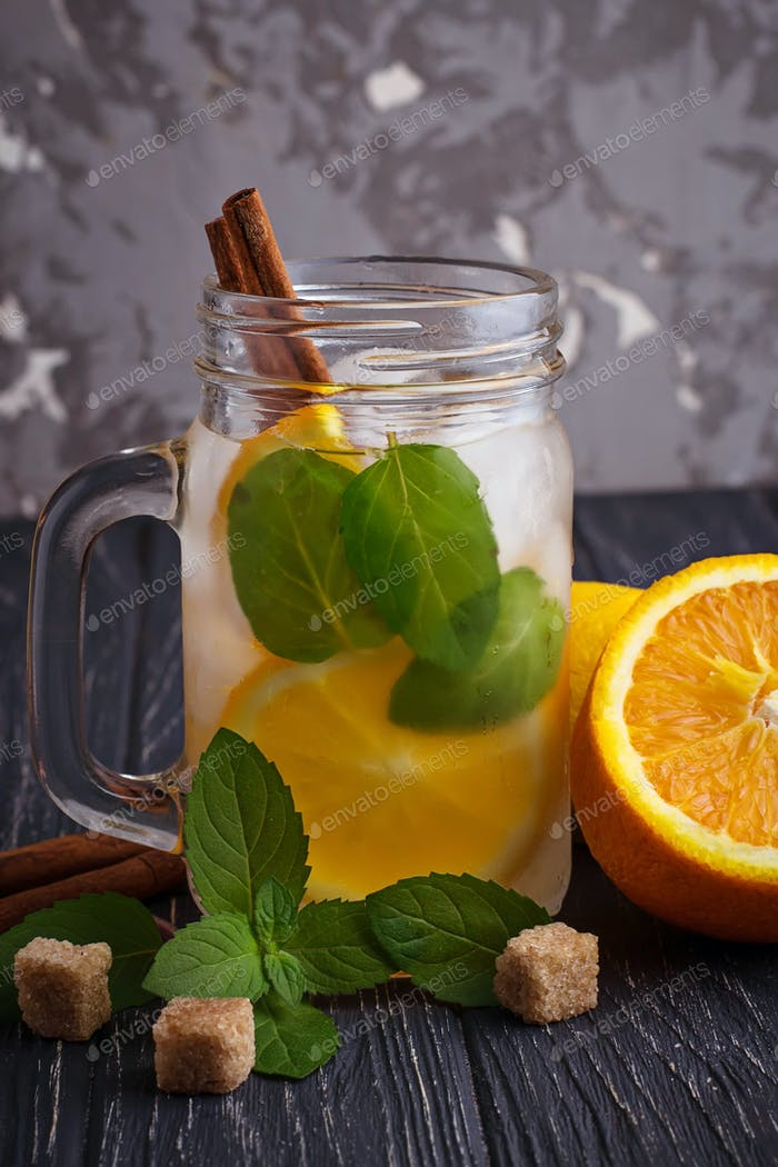 Detox Wasser mit Orange, Minze und Zimt im Glas