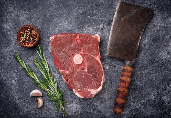 Lammfleisch mit Rosmarin, Gewürzen und Hackfleisch.