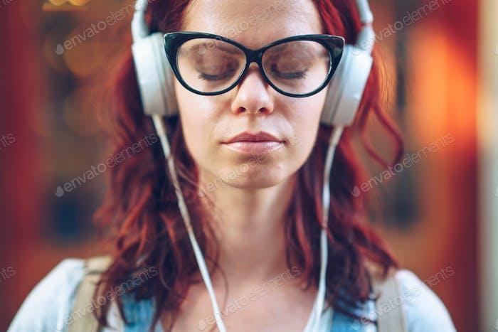 Junges Mädchen Musik hören Nahaufnahme