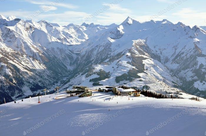 Pisten im Skigebiet Zell am See in den österreichischen Alpen