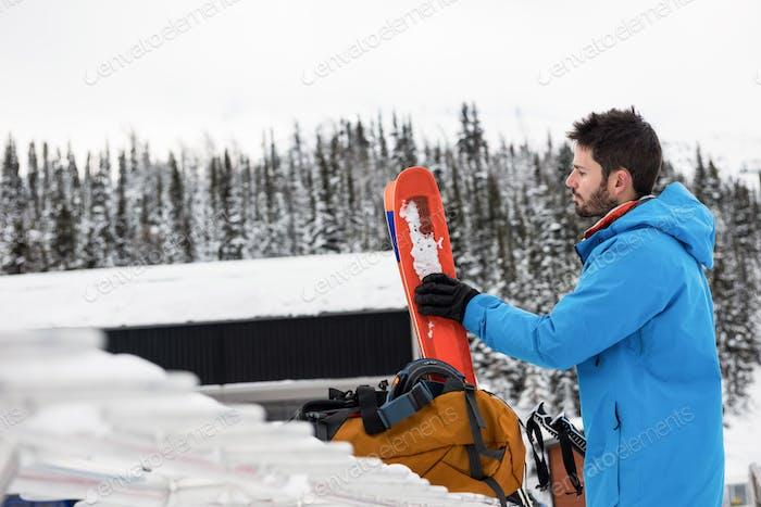 Лыжник держит небо на заснеженных горах