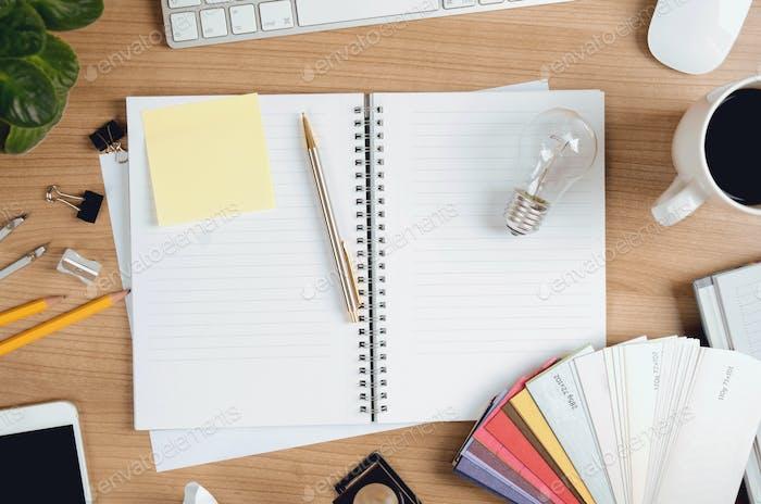 Creative Workplace With Designer Items, Glühbirne und blanko Memo Sticker