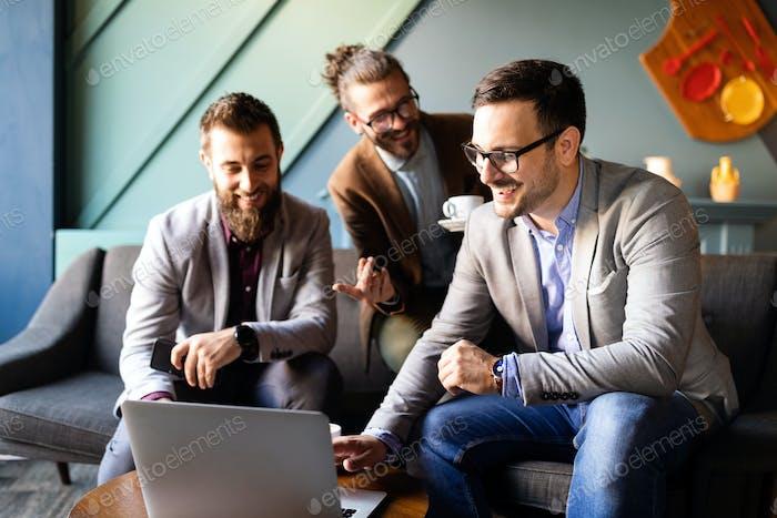 Успешная бизнес-группа людей на работе в офисе