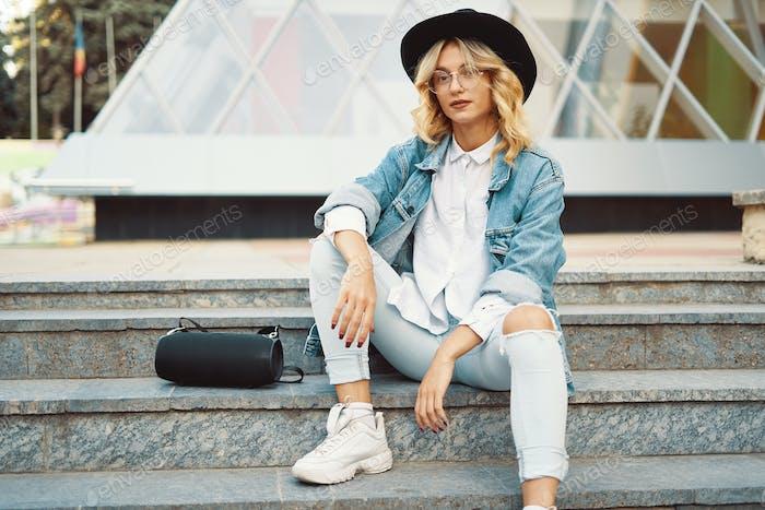 Модная современная женщина в очках в городе