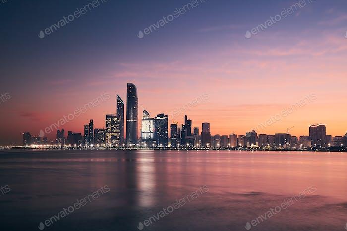 Stadtbild Abu Dhabi bei Sonnenaufgang