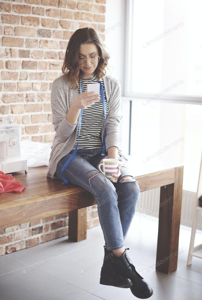 Entspannungszeit über Arbeit in ihrem kleinen Büro