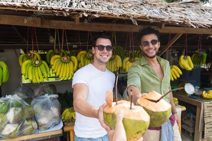 Mann Paar trinken Kokos-Cocktail auf der Straße Traditionelle Obstmarkt