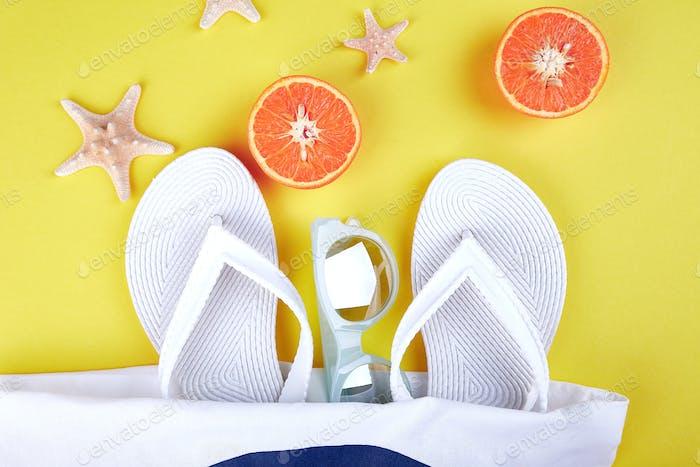Sommer-Strandtasche mit Flip-Flops