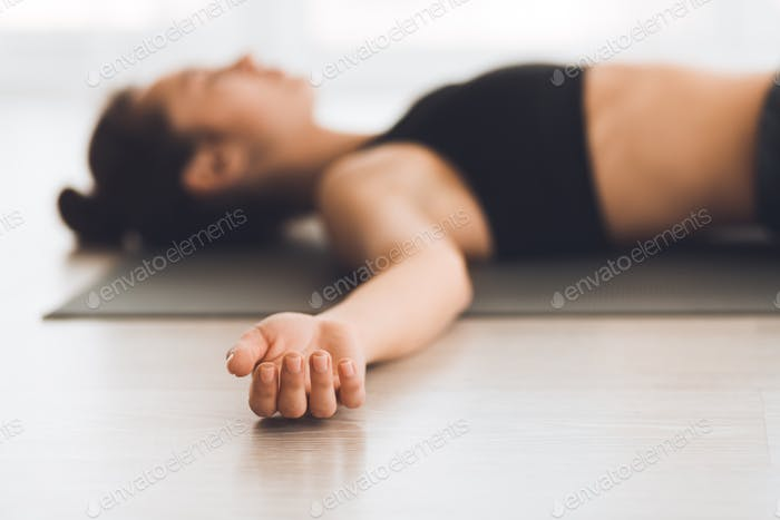 Junge Frau praktiziert Yoga in Corps Pose