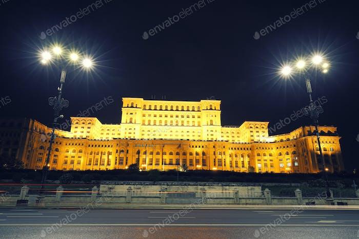 Dramatisch Abendansicht auf den Parlamentspalast der Stadt Bukarest