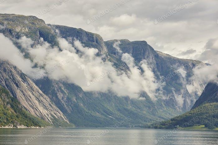 Norwegische Fjordlandschaft mit Bergen und Wolken. Sorfjord. Norwegen. Horizontal