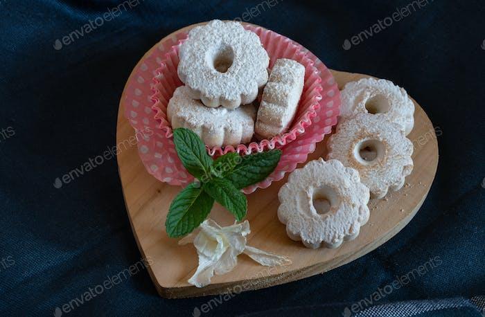 cutting board with vanilla sugar biscuits
