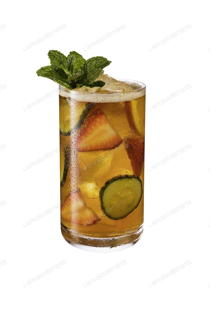 Erfrischende Pimms Cup Cocktail auf Weiß