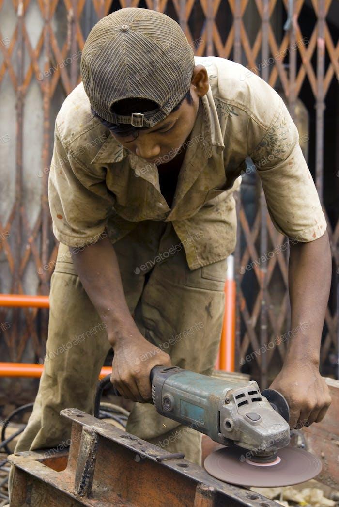 Asiatischer Metallarbeiter