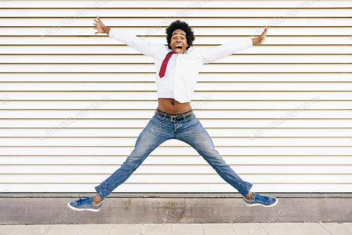 Schwarz Geschäftsmann springen im Freien. Mann mit Afro-Haar
