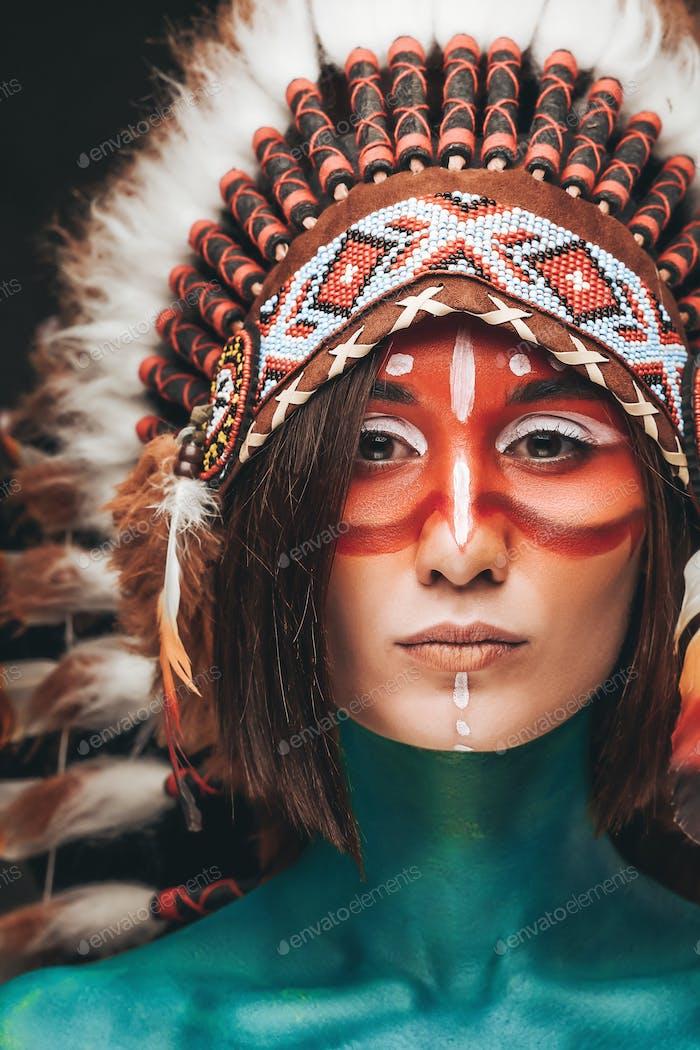Imagen frontal de mujer con maquillaje y tocado