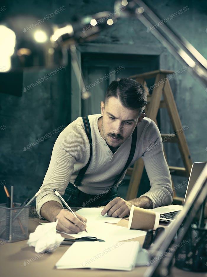 Architekt arbeitet an Zeichentisch im Büro
