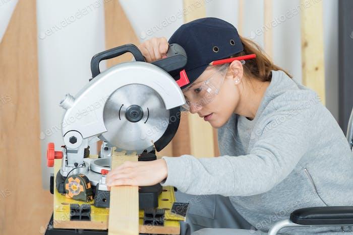 junge Frau in Tischlerei Berufsausbildung