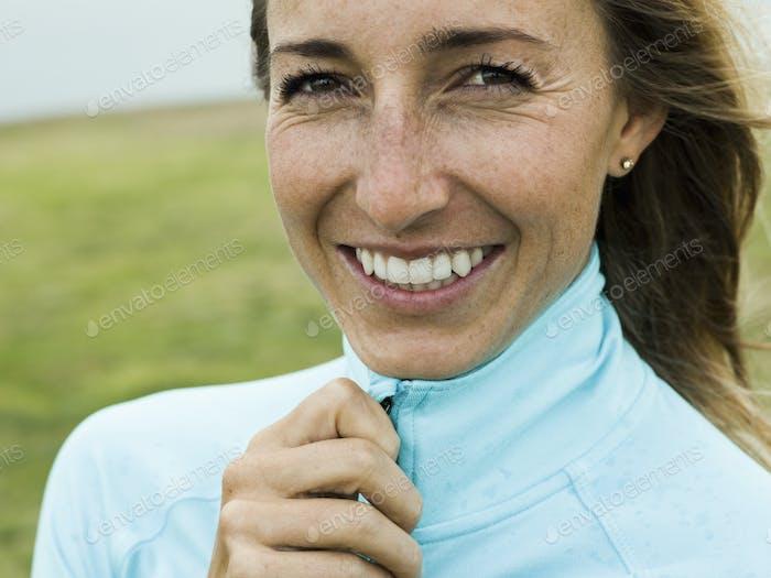 Porträt einer lächelnden jungen Frau.