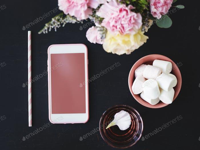 Leere Handy-Bildschirm auf schwarzem Hintergrund von der Nelke F