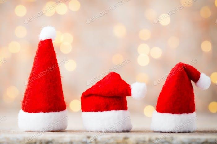 Drei Weihnachtsmann-Hut. Weihnachtsdekoration.Grauer Hintergrund.