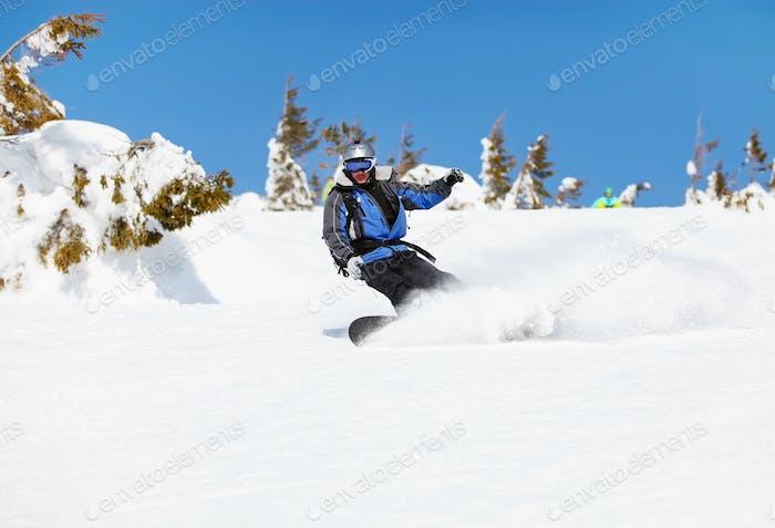 Snowboarder am Berghang