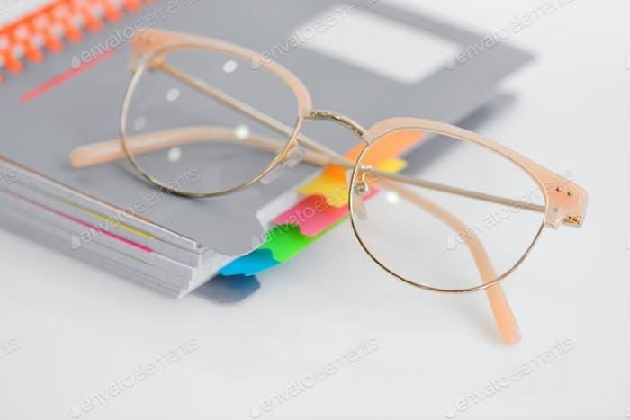 Augenbrille mit Spiralblock auf weißem Hintergrund